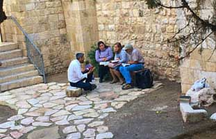 rabbi teaching jews old city jerusalem