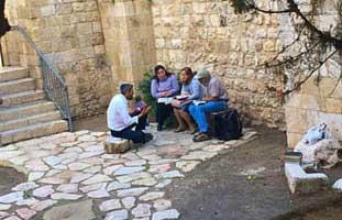 rabbi teaching jews old city jerusalem