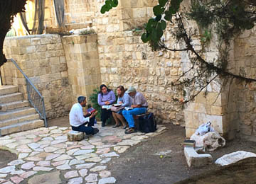 rabbi teaching jews jerusalem